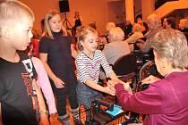 Žáci ze školní družiny ZŠ Jiráskova potěšili klienty Domova seniorů vánočním pásmem a dárečky.