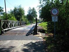 Na provizorní přemostění Mastníku před Sedlčany rozměrná a těžká nákladní vozidla nesmí. U Červeného Hrádku je značení navede na hlavní silnici kolem sila.