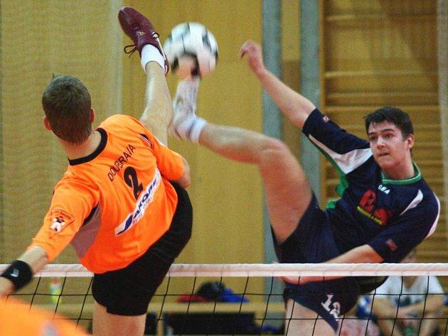 Jiří Doubrava (Šacung) v souboji se Zdeňkem Musilem (Čelákovice) ve čtvrtfinále.