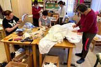 Šití roušek v textilní dílně Integrovaného centra sociálních služeb v Odlochovicích.