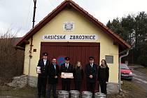 Zástupci SDH Petroupim a Velkopopovického Kozla před vítěznou hasičskou zbrojnicí ve Středočeském kraji.