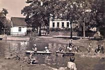 Koupání dětí v rybníce na návsi v Petroupimi.