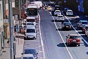Situační pohled: ulice Černokostelecká v Říčanech s autobusem na zastávce.