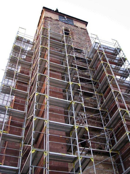 Lešení, které věž hyzdí zmizí ze Sázavy až na konci prázdnin. Znovu se tam ale objeví napřesrok, kdy budou restaurátoři opravovat  horní část věže