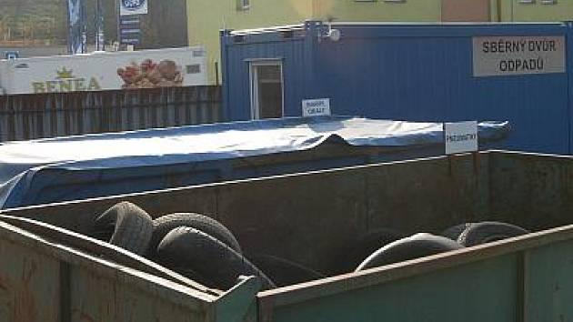 Šedesát korun za pneumatiku se nechce nikomu nic moc dát. Proto kontejner ve sběrném dvoře v Benešově zeje prázdnotou.