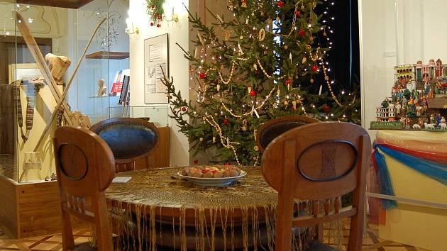 Část výstavy s židlemi od Josefa Gočára a zimními radovánkami.