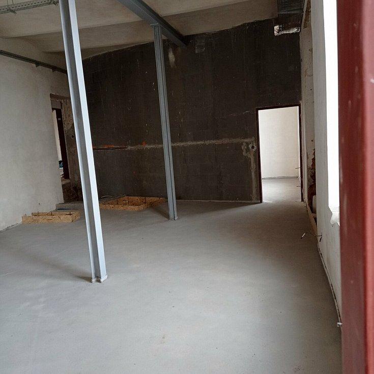 Práce na přestavbě továrny na komunitní centrum pokračují.