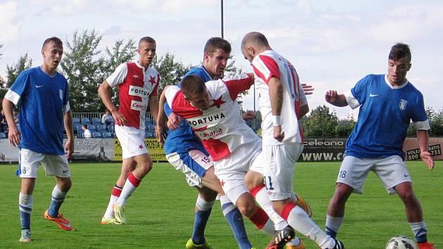 Slávisty Marka Červenku a Levani Keniju (č.11) zastavili Petr Breda s Láďou Jandou (vpravo).