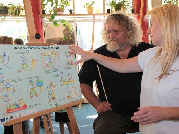 Multižánrový výtvarník Petr Abbe Hroš představil veřejnosti návrh informačních tabulí pro vodáky, cyklisty i turisty.
