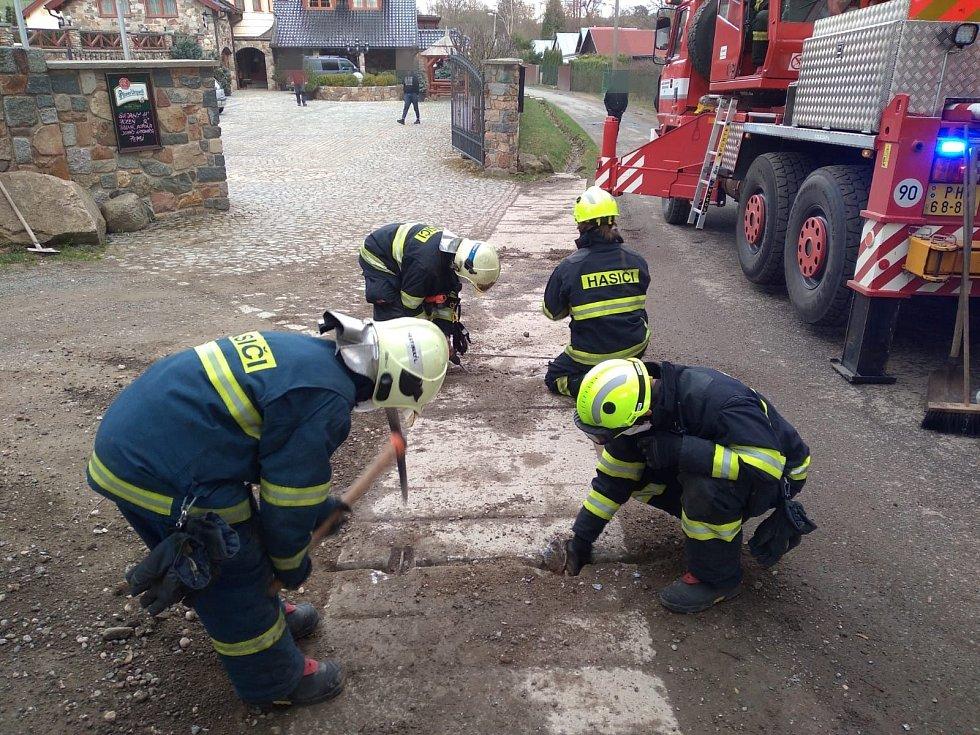 Ze záchrany psa zaseklého v drenážní trubce v chatové osadě Poddubí na Praze-východ 3. dubna 2021.