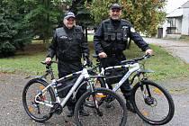 Také benešovští strážníci jezdí po městě na služebních kolech. Na snímku velitel Radek Stulík s Markétou Hruškovou.
