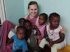 Adéla Kucharčíková s ugandskými dětmi.