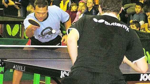 Současní reprezentanti Tomáš Pavelka (vzadu) a Bohumil Vožický ukazovali přítomným, jak se hraje špičkový stolní tenis
