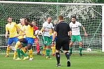 Rozhodující moment zápasu. Míč po rohovém kopu Olympie ťuknul do ruky benešovského Erika Adjei a z následující penalty Piták rozhodl.