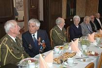 Místopředseda vlády a ministr obrany Martin Barták pozval do Komorního Hrádku padesát druhoválečných veteránů ze všech krajů ČR. Ti přijeli v doprovodu terénních pracovníků.