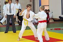 Matěj Benák (vlevo) ve vítězném finálovém zápase, který museli rozsoudit až rozhodčí.