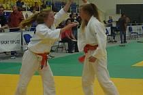 Míša Houdková (vlevo) byla ve finále aktivnější, přesto odešla z tatami poražena.