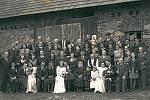 Jak moc byli lidé spjati se svým hospodářstvím, potvrzuje fotka z Jablonné nad Vltavou. Vznikla 26. října 1946 při svatbě Jiřiny a Antonína Vovsíkových. Pořízená byla, jak jinak, před stodolou.