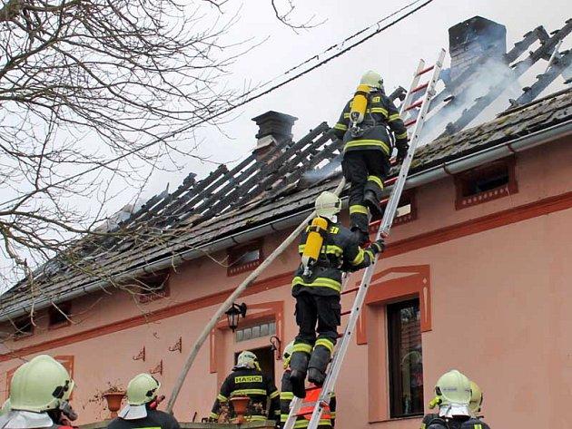 Největší nebezpečí nehrozí od plamenů, ale od kouře. Stačí dvě, tři vdechnutí zlodin a člověk může upadnout do bezvědomí.