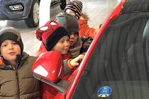 Děti z mračské mateřinky MiniSvět na návštěvě autosalonu v Benešově.