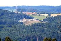 Skládka v Přibyšicích už vyrostla do výše okolních kopců.