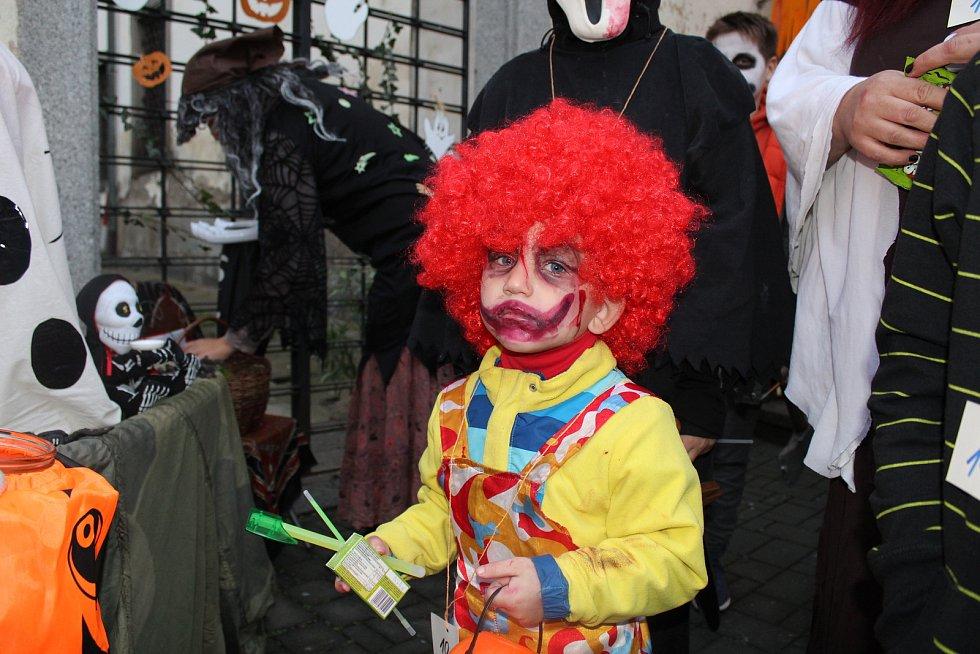 Mateřské centrum Hvězdička pořádalo Halloweenský lampionový průvod.