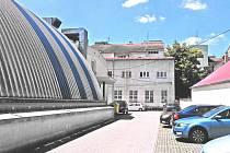 """Objekt bývalého internátu - """"domečku"""" ve vnitrobloku učňovské školy sousedí se sportovní halou ZŠ Jiráskova."""