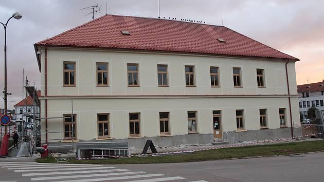 Bývalá škola v centru Bystřice u Benešova.