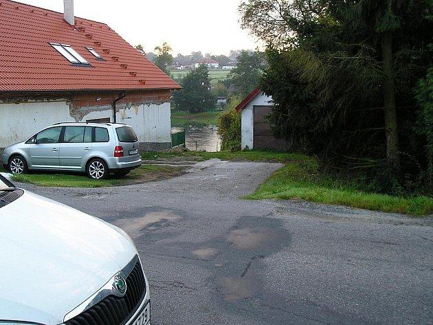 Požární zbrojnice v Chrástě stojí nad Sázavou.
