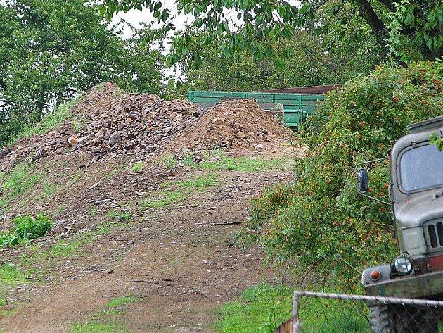 Pozemek s nepovolenou stvabou označuje územní plán města za zahrady a sady.