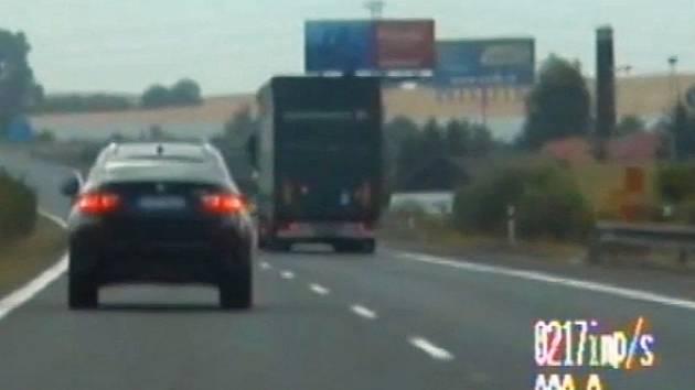 Takhle rychle, jako ukazuje snímek z honičky na dálnici u Berouna, řidič Bedrčí nejspíš neprojížděl.