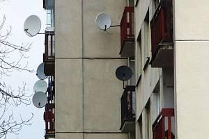 Talíře satelitních antén zdobí nejeden panelový dům ve Vlašimi