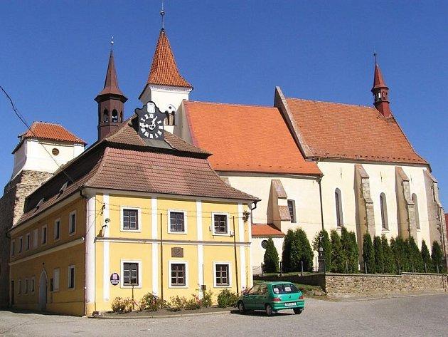 NAČERADEC.  Náměstí s historickým objektem radnice