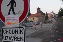Stavba kruhové křižovatky v centru Týnce nad Sázavou se protahuje a provázejí ji komplikace..