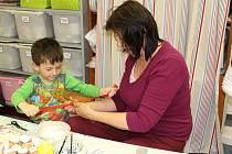 Děti i školáci si užili jarní tvoření v benešovském centru. Během celého dne mohli vyrábět zajíčky, ptáčky, kuřátka, ozdobné závěsy z proutků i dekorace z proutí.