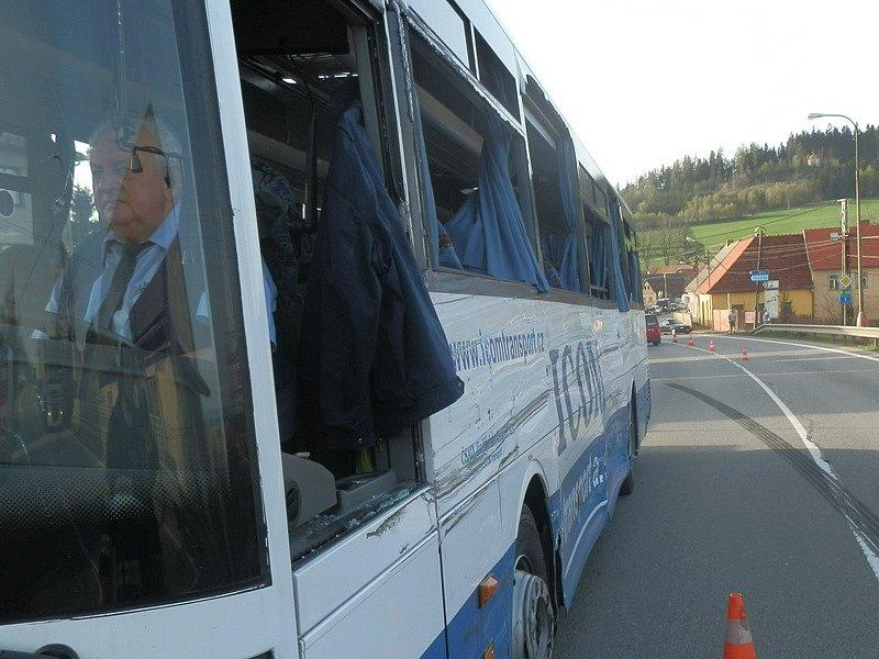 První hlášení záchranným složkám znělo děsivě. Srážka autobusu a kamionu. Desítky zraněných.
