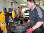 Pracovník benešovského servisu Best drive při nazouvání pneumatiky na ráfek.