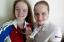Alžběta (vlevo) a Anna Dědovy jsou nejlepšími produkty SSK Benešov. Loni se  radovaly z bronzové medaile v družstvech na Mistrovství Evropy ve slovinském Mariboru.
