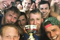 Fotbalisté Vlašimi se radují z prvního místa na turnaji v Počátkách