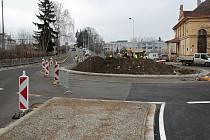 Vedle dopravního terminálu začíná v prosince 2020 obyvatelům Benešova sloužit také okružní křižovatka u sokolovny a parkovací dům v Nádražní ulici.