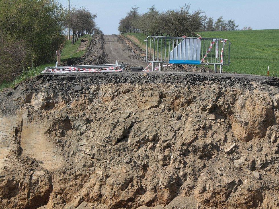 Z rekonstrukce silnice II/112 u Čechtic.