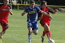 Kapitán na svém místě. Sedleckoprčický Michal Davídek (v modrém) se nemohl dívat, jak jim okatě pomáhá rozhodčí, tak nedal penaltu.