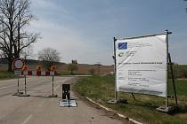 Práce na rekonstrukci silnice II/112 u Čechtic.