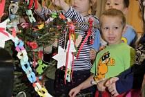 Děti z páté třídy MŠ Týnec si ozdobily vánoční stromek.