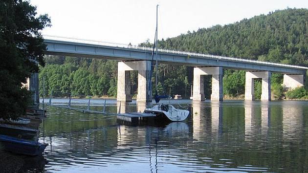 U živohoštského mostu ve čtvrtek 30. června před 21. hodinou zmizel ve vodě 39letý svatebčan.