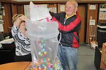 Josef Voříšek z Drachkova přivezl nastřádáné úzávěry od PET lahví do sbírky pro postiženého kluka.