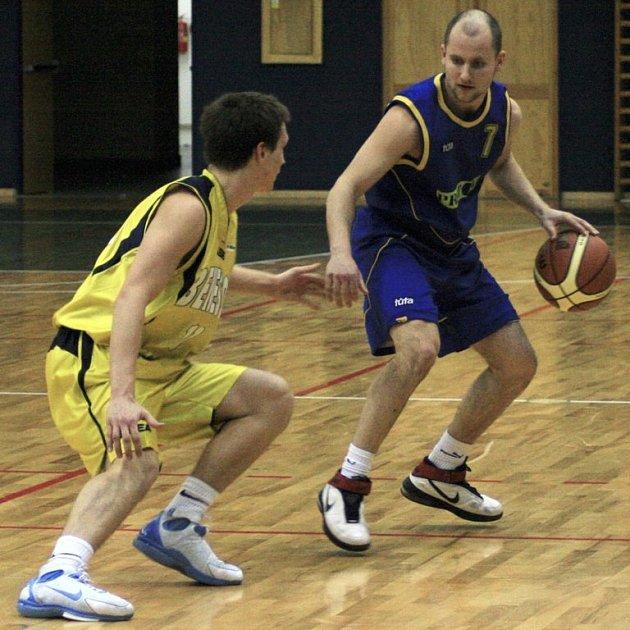 Benešovský Jiří Kysela (ve žlutém) číhal, co provede s míčem zlínský Miroslav Mrvík.