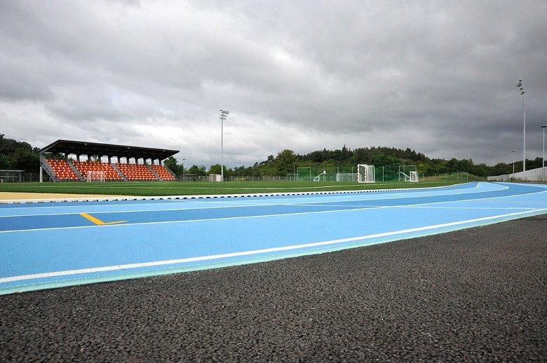Jak vypadá ovál s netradiční barvou, dokládá Sportovní areál VUT v Brně Pod Palackého vrchem s certifikovaným povrch Mondo.