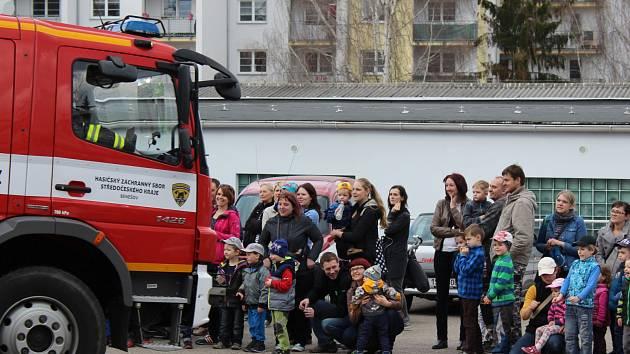Děti společně s rodiči i prarodiči navštívili hasičskou zbrojnici v Benešově. Prohlídku u hasičů pořádalo Mateřské centrum Hvězdička, které zájemce na zajímavou akci přivedlo již po desáté.