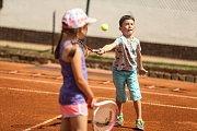 Na kurtu je každý sám za sebe. Je nutné na to pamatovat již od začátku. Mladé tenisty na kurtu cvičí hlavně v oblasti koordinace, kterou potřebují získat.